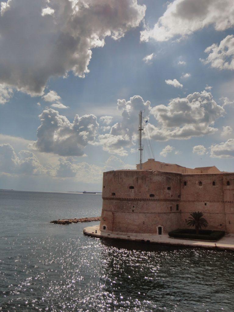 Taranto castle, zamek Taranto iokolice odkryj wybrzeże morza Jońskiego