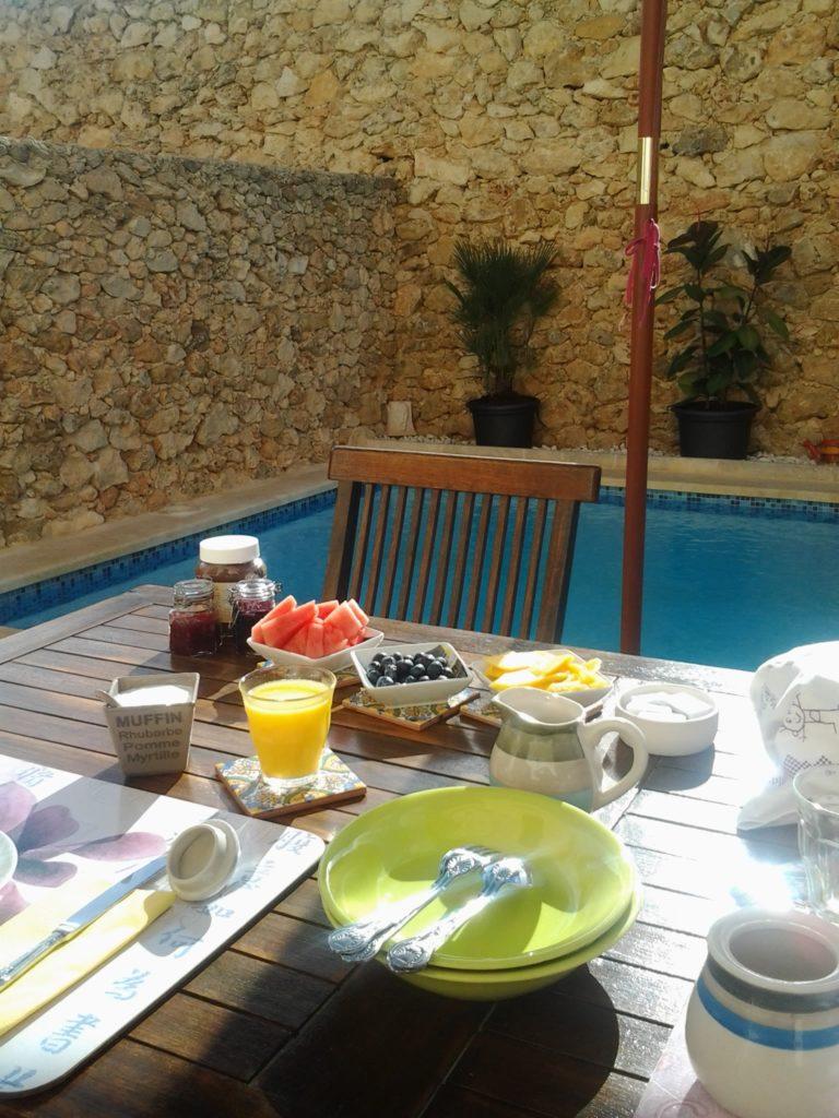 breakfast time :) Tal Faniza B&B Gozo Malta iGozo praktyczny przewodnik